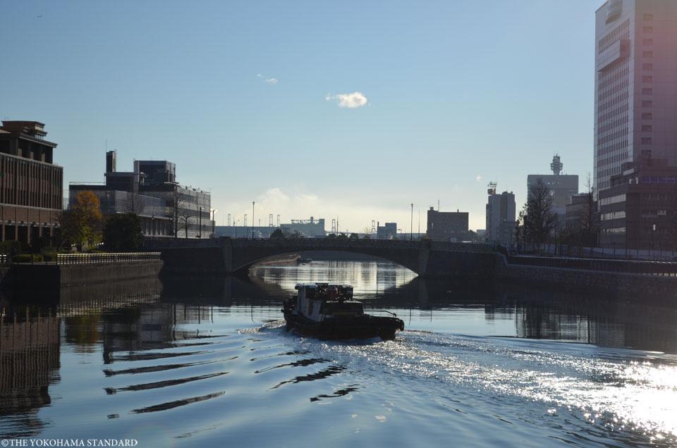 運河をゆく船と万国橋-THE YOKOHAMA STANDARD