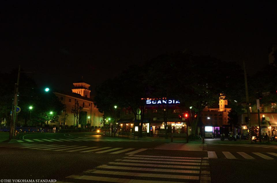 夜の開港広場前交差点-THE YOKOHAMA STANDARD