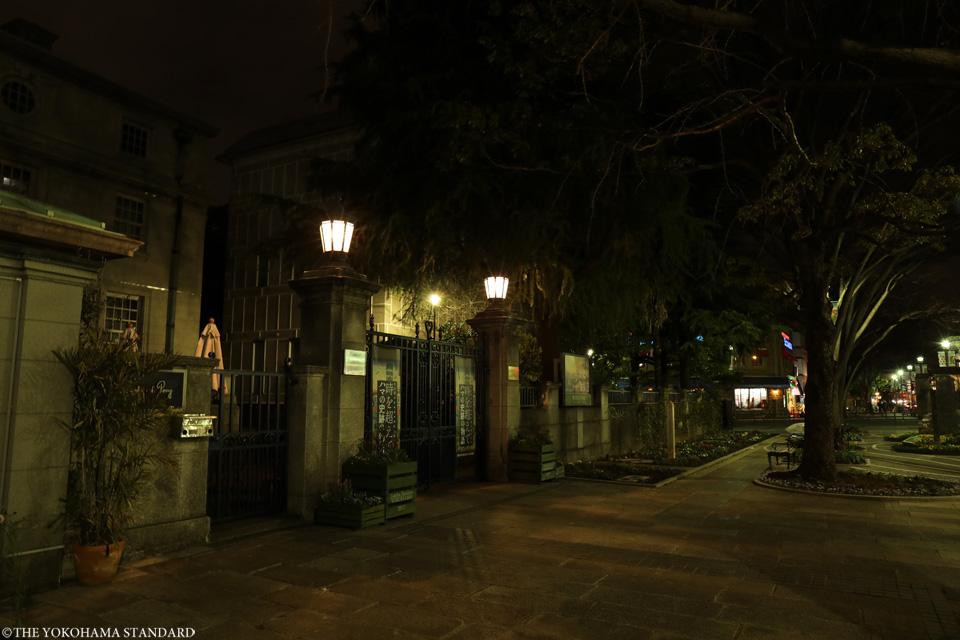 夜の開港広場-THE YOKOHAMA STANDARD